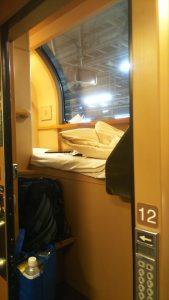 日本唯一の寝台特急「サンライズ」の狭い個室