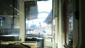 京急快特の展望座席から。終点三崎口駅からバス10分で高等工科学校